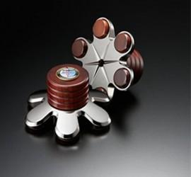 Die Schallplattenklemme TU-812 Million Maestro gehört zu den Flaggschiff-Produkten von Harmonix und optimiert das Resonanzverhalten von LP, Plattenteller und angekoppeltem Lager nachhaltig. Gehört zu den Harmonix-Produkten mit besonders starker Wirkung und ist gerade richtig für die besten Plattenspieler der Welt. Subchassis-Laufwerke müssen auf das zusätzliche Gewicht der Plattenklemme eingestellt werden.  Spezifikation TU-812 Million Maestro:  Durchmesser 5,5 cm (an der Außenkante) Höhe 4,8 cm Gewicht 331 g
